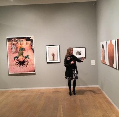 Katie Wat, conservatrice en chef du NMWA, à l'ouverture de l'exposition « Terrains of the Body : Photography from the National Museum of Women in the Arts » à la Whitechapel Gallery. © Les Amis du NMWA